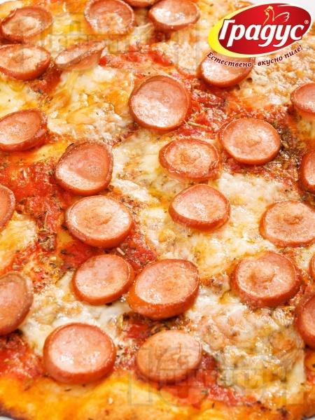 Пица с кренвирши и сирене моцарела - снимка на рецептата